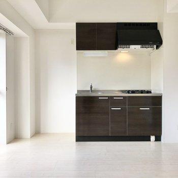 キッチンの横には冷蔵庫と小さなシェルフなどを置きたいです。
