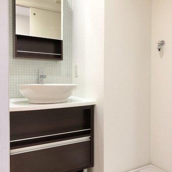 丸っこい洗面ボウルがおしゃれな洗面台。その隣に洗濯機置き場があります!