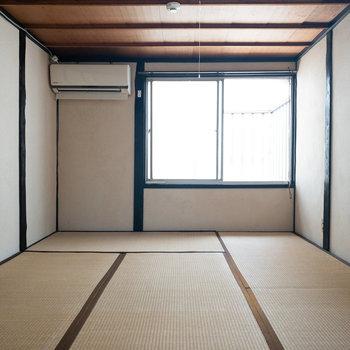和室1】窓の向こう側がベランダになっています。