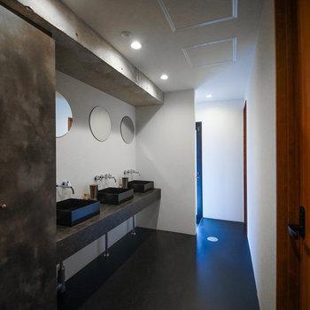 【共用部】丸い鏡がかわいい洗面台です。
