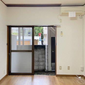 【洋室6帖】こちらにもエアコンが設置されています。
