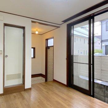 【DK】玄関を上がるとすぐDKなので、玄関マットがあるといいかも。