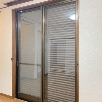 【DK】窓にはシャッターが取り付けられています。