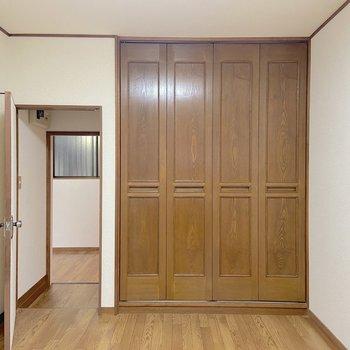 【洋室6帖】収納が多いお部屋ですね。