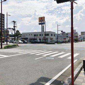 目の前の通りにはコンビニや飲食店が揃っていますよ〜。
