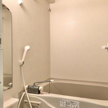 お風呂には追焚・浴室乾燥機付き!(※写真は清掃前のものです)