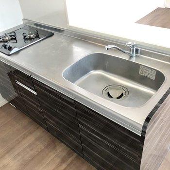 シンクも調理場も広く使いやすそうなキッチン!(※写真は清掃前のものです)