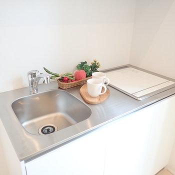 IH2口のデザイン性高いキッチン。(※写真は1階の反転間取り別部屋、モデルルームのものです)