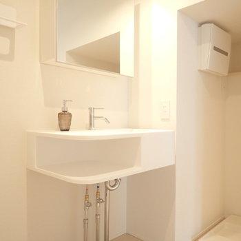 洗面台もおしゃれ。(※写真は1階の反転間取り別部屋、モデルルームのものです)
