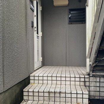 お部屋は1階、建物入ってすぐに玄関です。