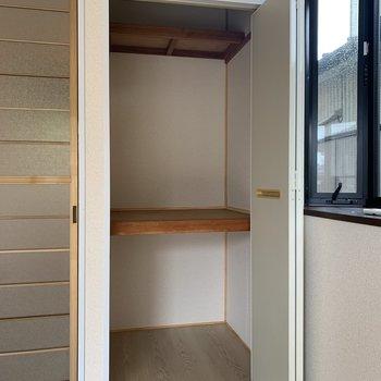 【洋室6帖】収納は押し入れくらいの奥行きがあります。