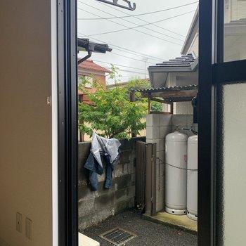 こちらは洋室と和室から出入りできるテラス。洗濯物は上部の物干し受けで。