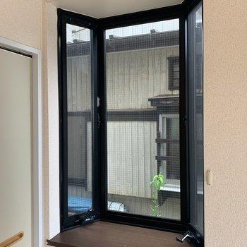 【洋室6帖】出窓にはグリーンを置きたいなあ。
