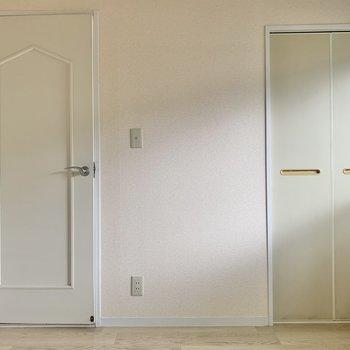 【洋室4.5帖】このお部屋にも収納ありますよ~。