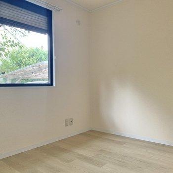 【洋室4.5帖】玄関のお隣にある洋室。DKや水回りと完全に仕切られていて落ち着きます。