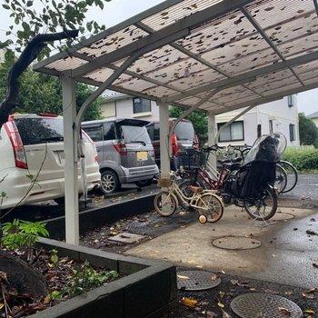 駐輪場は屋根付きで雨から守ってくれますよ。