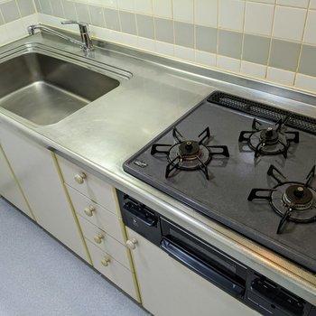 3口付きのシステムキッチンです。3種類の料理が同時に作れます。
