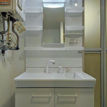 明るい電気とコンセントが付いている洗面台。
