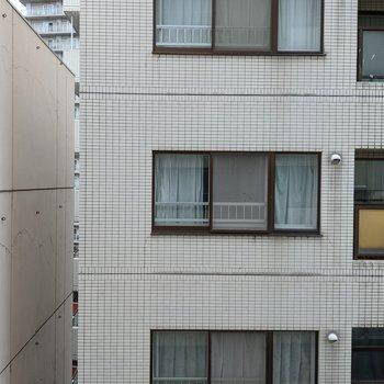 【リビング】窓の外は隣の建物があるので景色はあまりよくありません。