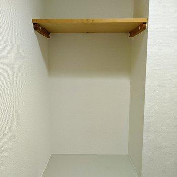 トイレには2段棚があります。トイレットペーパーと掃除道具と分けるといいですね。