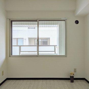 【洋室】窓は西向き。外はバルコニーになっています。