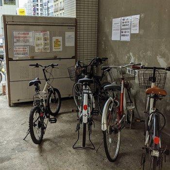 駐輪場とゴミボックスはあります。