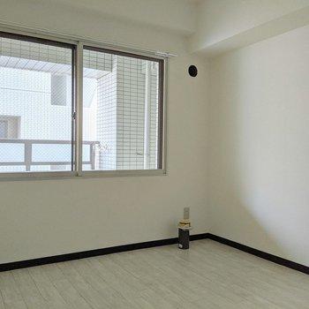 【洋室】窓の下にホワイトのベッドを置くといいかな〜。