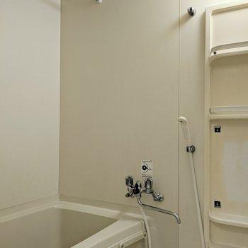 浴室には物干し竿がついているので、冬場も安心ですね。