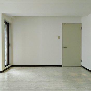 【リビング】ホワイトの床と壁で明るい空間です。家具は白で統一するのもいいですね。