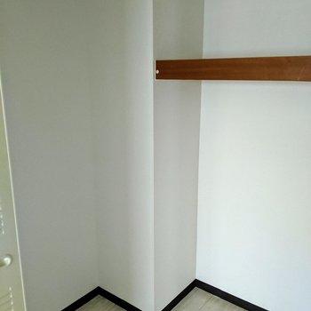 【洋室】掃除機や寝具も収納可能ですね。