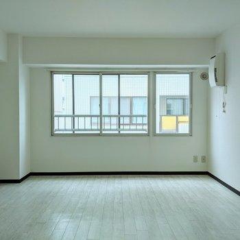 【リビング】窓は西向きです。午後から明るくなりそうですね。