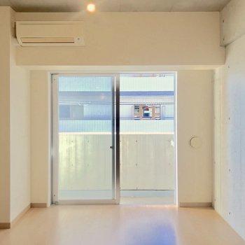 コンクリート・白い壁・フローリング、三要素が上手くハマっています。※写真は4階の同間取り別部屋のものです