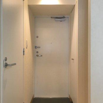 玄関含めて扉は全て白で統一されています。※写真は4階の同間取り別部屋のものです