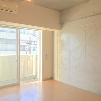 やっぱりコンクリートの壁はかっこいい。※写真は4階の同間取り別部屋のものです