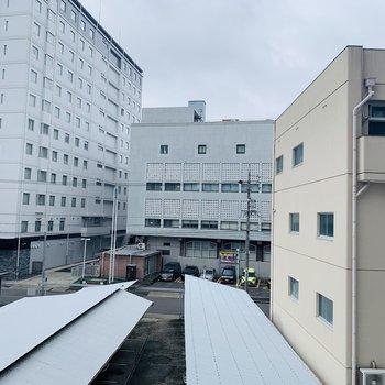 こちらの眺望も正面は低い建物なので広がっています。