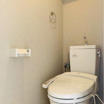 ウォシュレット付きのお手洗い。上部には棚もついています。
