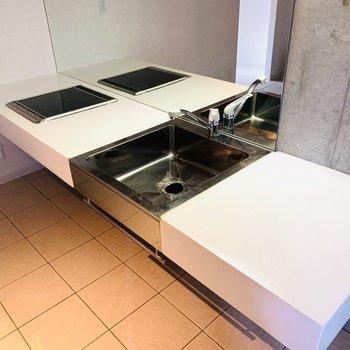 デザイン性が高すぎるキッチン。調味料もおしゃれに並べたいですね。