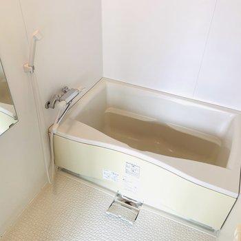 洋室からバスルームに。シンプルな設備ですが、浴槽も深めでリラックス出来そう。