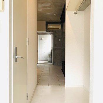 洋室からDKスペースの途中には収納とお手洗い。