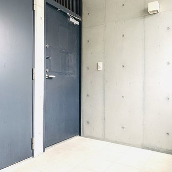 テラススペース。玄関を開けてすぐの空間です。