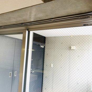 ガラス扉にはカーテンレールもありました。