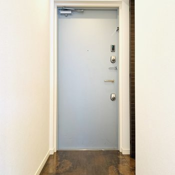 玄関スペース。グリーンとか置きたいなあ。
