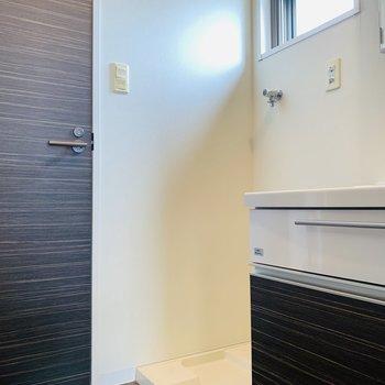洗面台の横には洗濯機置き場。小窓があるので明るく抜け感があります。