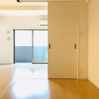 日中は扉を開け開放的に、就寝時は閉めてリラックススペースへ。