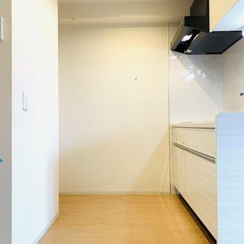 こちらも広々としたキッチンスペース。冷蔵庫は1番奥の左手に。