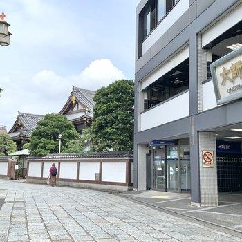 駅前から西新井大師の雰囲気漂います。