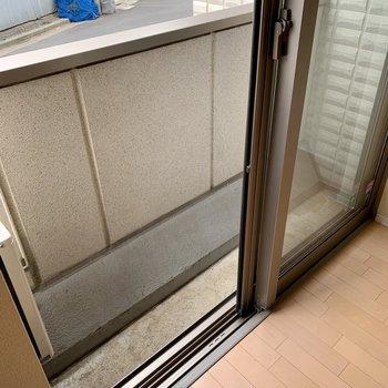 バルコニーはやや狭いですが、上部に洗濯竿受けがありますよ。