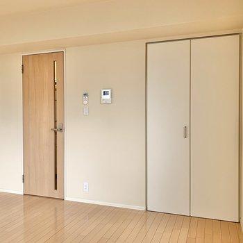 シンプルな内装ならお手持ちの家具も馴染みそう。
