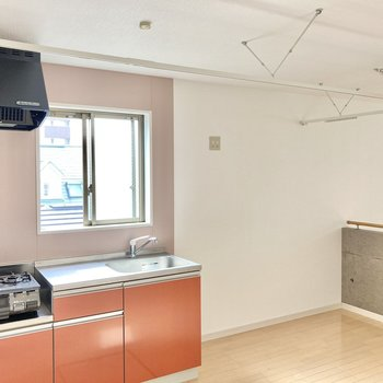 キッチン上部にはカーテンレールが付いているので、生活感をまるっと隠せますよ。