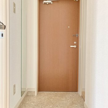 玄関はゆったりめ。左側には姿見もついています。